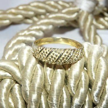 gouden ring bewerkt bolletjes