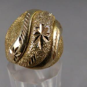 Brede gouden damesring bewerkt close-up